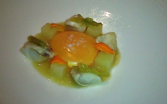 Huevo con cocochas, patatas y piparra / JRP