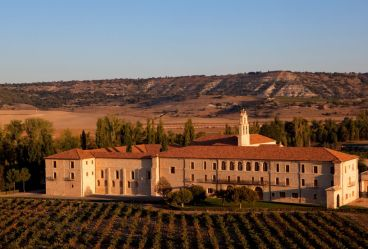 La soberbia contrucción, perfectamente integrada en el paisaje del Duero.