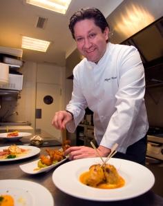 Miguel X. Monar en su cocina. / PC