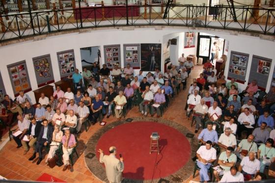La jornada reunió a un centenar y medio de agricultores y elaboradores. / CRU-R