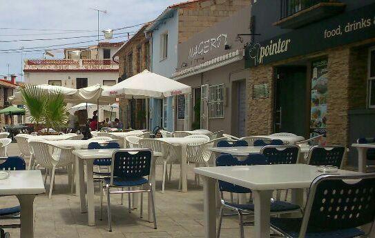 Terrazas en la plaza que acoge al restaurante.