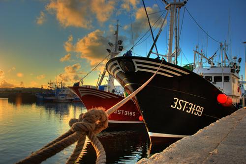 Puesta de sol con barco mb