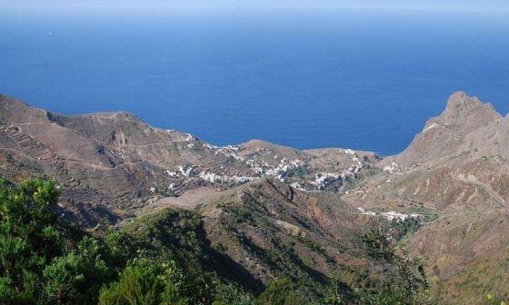 Taganaga y sus viñas miran al océano en el norte de Tenerife. / A